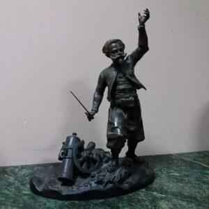 Скульптура Артилерист  19 век. подпись автора у основания