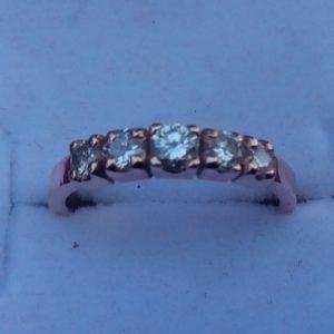 Женское золотое кольцо с  пятью бриллиантовыми вставками